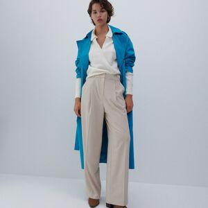 Reserved - Elegantné nohavice so zažehlenými pukmi - Béžová