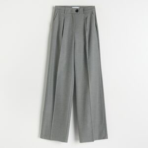 Reserved - Elegantné nohavice so zažehlenými pukmi - Svetlošedá
